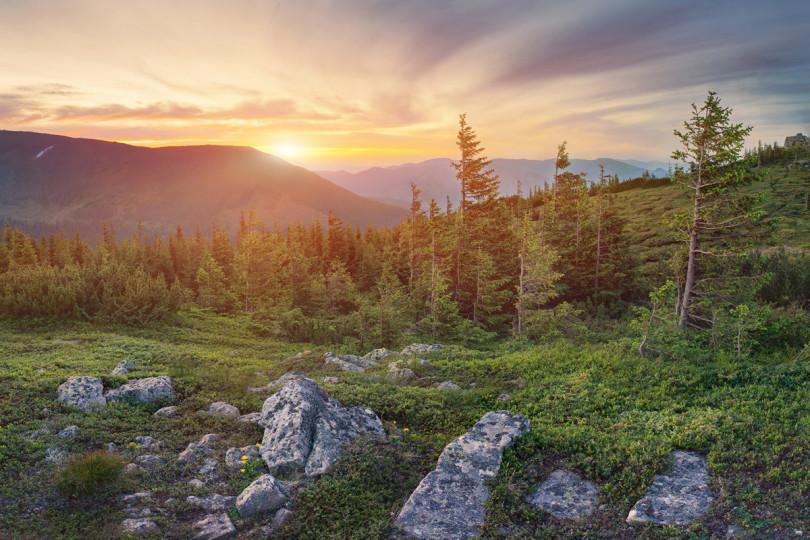 Підніжжя гори Вухатий камінь.